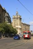 Blauwe auto en rode tram Stock Fotografie