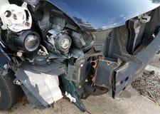 Blauwe auto met schade en bumper en blootgestelde lichten royalty-vrije stock afbeelding