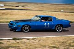 Blauwe auto op rasspoor Stock Afbeelding