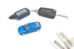 Blauwe auto, sleutels en nota's over wit Royalty-vrije Stock Afbeeldingen