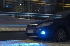 Blauwe Auto in stad bij nacht royalty-vrije stock foto