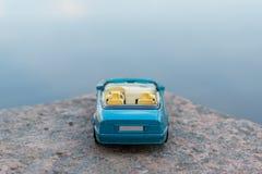 Blauwe Auto tegen Blauwe Achtergrond Royalty-vrije Stock Fotografie