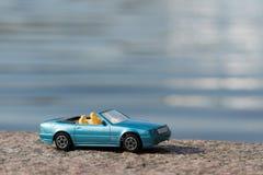 Blauwe Auto tegen Waterachtergrond Royalty-vrije Stock Foto