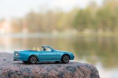 Blauwe Auto tegen Waterachtergrond Stock Afbeeldingen