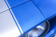 Blauwe autokoplamp en kap dichte omhooggaand stock foto
