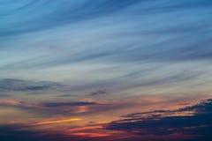 Blauwe avondhemel met vage zon op de omheining van de horizontrog Creatieve idee onderbelichte foto Blauw uur royalty-vrije stock afbeelding