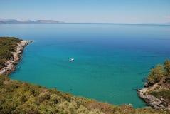 Blauwe baai en boot Stock Foto