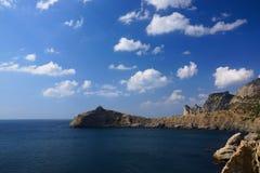 Blauwe Baai en Kaap Kapchik Het dorp van Novy Svet crimea stock foto's