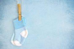 Blauwe babysokken op een geweven achtergrond Stock Foto