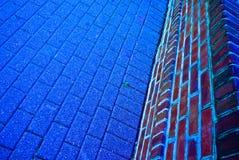 Blauwe baksteenweg en muur Royalty-vrije Stock Foto's