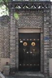 Blauwe bakstenen en houten deur Stock Foto