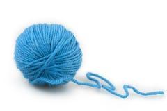 Blauwe bal van garen Stock Foto's