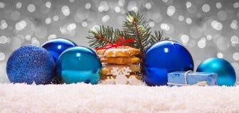 Blauwe ballen en Kerstmiskoekjes op sneeuw Royalty-vrije Stock Foto