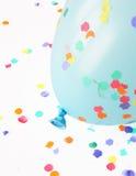 Blauwe ballon met confettien Stock Afbeeldingen