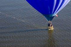 Blauwe ballon over water Royalty-vrije Stock Fotografie