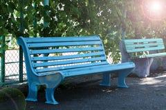 Blauwe bank, bank in de zon, plaats in het Park, houten lege bank, de bank stock fotografie