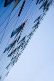Blauwe bank met open vensters Stock Fotografie