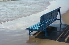Blauwe bank op zeekust Stock Foto
