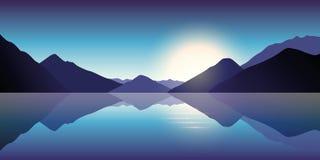Blauwe berg en oceaanlandschap in de schemer vector illustratie