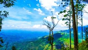 Blauwe berg met bewolkte blauwe hemel verbazende mening stock foto's