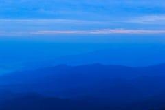 Blauwe berg met blauwe hemel Stock Foto's