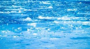 Blauwe bevroren rivier met kleine ijsschollen Royalty-vrije Stock Fotografie