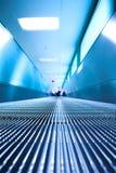 Blauwe bewegende roltrap in de bureauzaal Royalty-vrije Stock Afbeelding