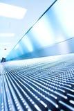 Blauwe bewegende roltrap in de bureauzaal Royalty-vrije Stock Fotografie