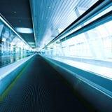 Blauwe bewegende roltrap in de bureauzaal Royalty-vrije Stock Foto