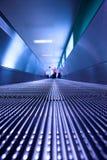 Blauwe bewegende roltrap in de bureauzaal Stock Foto