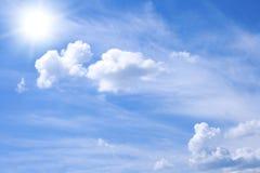 Blauwe bewolkte hemel Stock Foto