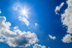 Blauwe bewolkte hemel Royalty-vrije Stock Foto's