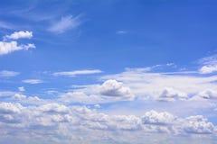 Blauwe bewolkte hemel Royalty-vrije Stock Afbeelding