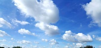 Blauwe bewolkte hemel Royalty-vrije Stock Fotografie