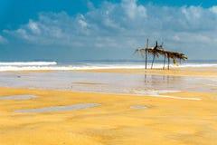 Blauwe bewolkte hemel en brede stranden in Goa, India stock foto's