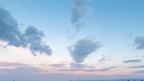 Blauwe bewolkte hemel na zonsondergang Geschoten op Canon 5D Mark II met Eerste l-Lenzen stock video