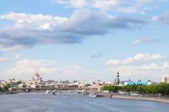 Blauwe bewolkte hemel over de stad van Moskou, Rusland Royalty-vrije Stock Afbeelding