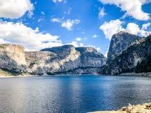 Blauwe Bewolkte Hemel over Reservoir stock afbeeldingen