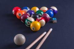 Blauwe biljartlijst met ballen en richtsnoer stock afbeelding