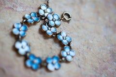 Blauwe bloemarmband stock fotografie