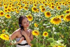 Blauwe bloemen in haar haar Stock Fotografie