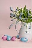 Blauwe bloemen met gekleurde eieren Stock Afbeeldingen