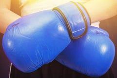 Blauwe bokshandschoenen op de handen van een meisje royalty-vrije stock afbeeldingen