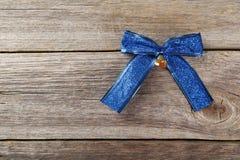 Blauwe boog op de grijze houten achtergrond Royalty-vrije Stock Afbeeldingen