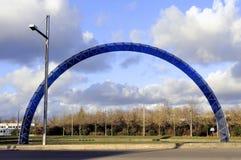 Blauwe boog op een rotonde stock fotografie