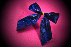 Blauwe boog op roze Stock Foto