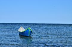 Blauwe boot bij het overzees Royalty-vrije Stock Foto's