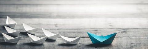Blauwe Boot die de Manier leidt royalty-vrije stock fotografie