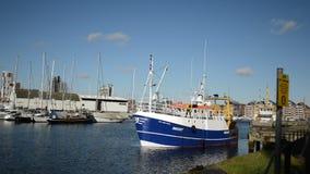 Blauwe boot die uit van het dok van Ipswich zwemmen stock videobeelden