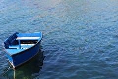 Blauwe boot in het overzees Stock Foto
